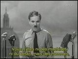 À la fin, un personnage force le discours de Chaplin. Que lui dit-il pour le convaincre de parler ?