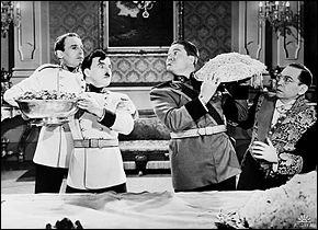 Hitler et Mussolini sont tournés en dérision, et deviennent Hynkel et Napaloni. Cela dérange énormément. Qui demande l'interruption du tournage ?