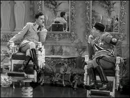 Mise à part la scène célèbre où Chaplin joue avec le globe, il existe aussi une autre scène magique; quelle est-elle ?