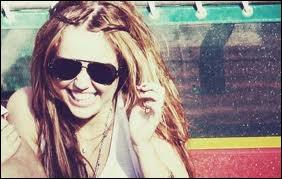 Miley joue le rôle de Lilly dans  LOL .