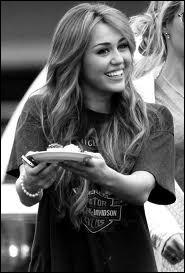 Elle s'est teint les cheveux en blond en 2011.