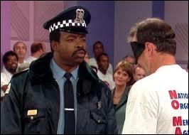 Qui est ce policier fréquemment habitué aux  descentes  chez la famille Bundy ?