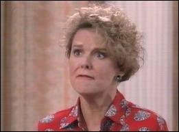 La voisine des Bundy, moins coincée qu'elle en a l'air et affublée du surnom de dinde  par son voisin qu'elle déteste, s'appelle :