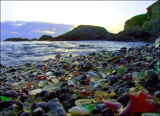 Voici Glass Beach, en Californie. Ces verres de mer ont été été créés par des années de déversement d'ordures de la zone côtière. Mais qu'est-ce que des verres de mer ?