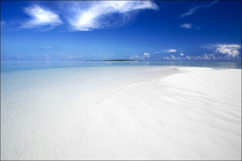 Alors, maintenant que vous êtes un pro du sable, dites-moi : de quelle couleur est ce sable et où le retrouve-t-on ?