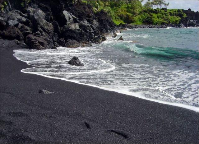 Ce sable d'Hawaii est magnifique ! Saviez-vous que quand un sable est noir, il indique toujours...