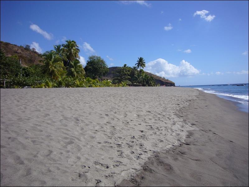 (Ça donne le goût de prendre des vacances, non ? ) On poursuit avec un sable de la Martinique. De quelle couleur est-il ?