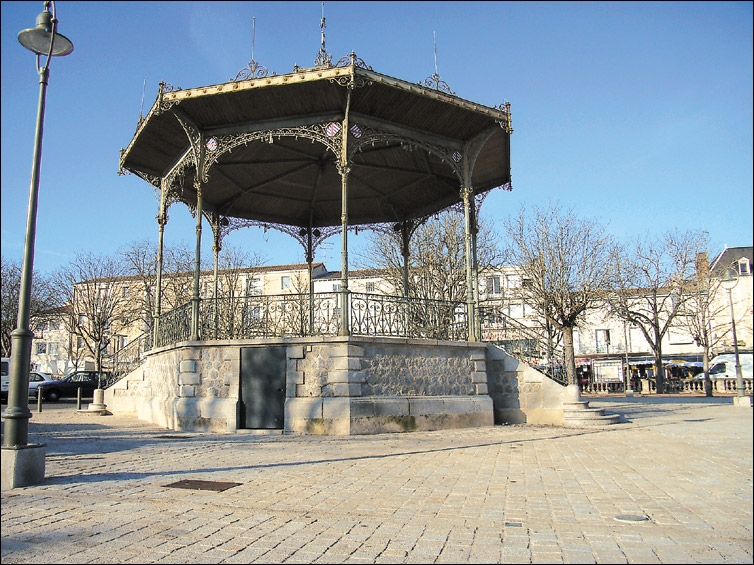 Pour terminer je vous offre un verre assis à une terrasse donnant sur une belle place au centre de Parthenay, quelle est son nom ?
