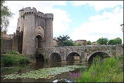 Notre visite va commencer par une magnifique porte édifiée au treizième siècle, quel est son nom ?