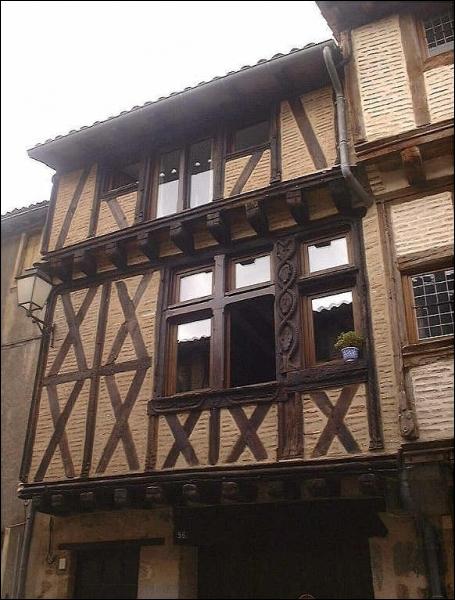 Puis nous empruntons une pittoresque rue bordée de superbes maisons à pans de bois de la fin du Moyen Age, quel est son nom ?