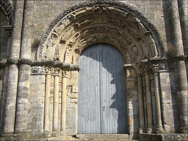 Dirigeons nous maintenant vers le château, mais avant d'y arriver, nous nous arrêtons quelques instants pour admirer la superbe façade de Notre-Dame-de-la-Couldre, où peut-on admirer ses sculptures ?
