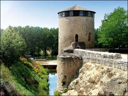 Au château dont la construction remonte à 1227, une tour a été bien restaurée, comment s'appelle-t-elle ?
