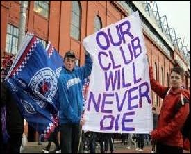 Quel club de football mythique, rétrogradé en quatrième division pour raisons financières, garde le soutien de ses très nombreux supporters ? (2012)