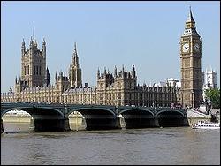 Au Royaume-Uni, qu'est-il interdit de faire au Parlement sous peine d'être arrêté ?