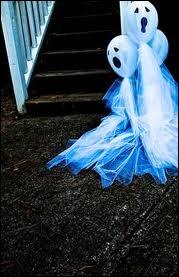 Des fantômes s'accrochent à la barrière, manifestement composés à partir de gaze ou tulle et de... ?