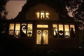 Dans la nuit, c'est toute la maison qui peut prendre l'aspect d'un décor d'un film de Tim Burton, grâce à... ?