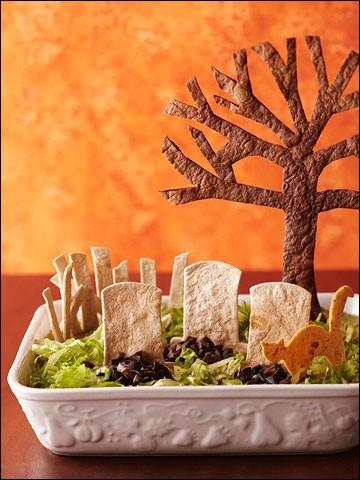 Toujours pour grignoter, encore un exemple du talent imaginatif des mamans cuisinières, c'est une salade transformée en un inquiétant cimetière grâce... ?