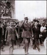 A quel titre le général de Gaulle a-t-il descendu les Champs-Elysées pour célébrer la libération de Paris, le lendemain de la fin des combats ?