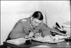 Quel général allemand, gouverneur de Paris, n'ayant pas les moyens d'exécuter l'ordre, finira par signer la reddition après 6 jours de combat ?