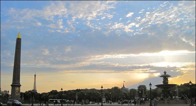 Sous le ciel de Paris ... s'envole une chanson, hum hum, elle est née d'aujourd'hui dans le coeur d'un garçon. Edith Piaf et Juliette Gréco ont interprété cette chanson. Mais aussi :