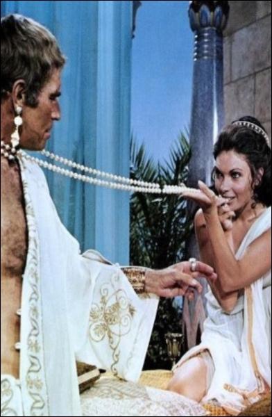 Un empereur romain joué par Charlton Heston rencontre une reine d'Egypte incarnée par Hildegarde Neil. C'est :
