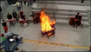 Lors de quel solo de Blaine un piano prend-il feu ?