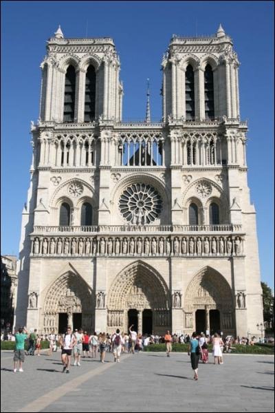 Élevée sur l'île de la Cité, la cathédrale Notre-Dame de Paris fut entreprise vers 1163 et achevée en 1345. Elle a connu le couronnement de :