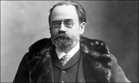 Auteur de la fresque romanesque  Les Rougon-Maquart , l'écrivain Emile Zola (1840-1902) n'est plus à présenter. Quelle est la bonne proposition à son sujet ?