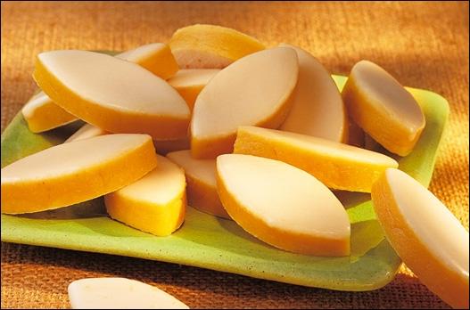 Originaire d'Aix-... , le calisson est une sucrerie faite d'amandes pilées, d'écorce d'orange et de melon confit et nappée à la glace royale (sucre et blanc d'œuf).