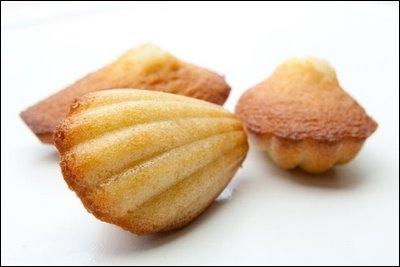 Les madeleines de... ont d'une mie jaune clair d'un moelleux exceptionnel, et au parfum subtil et délicat que lui donne la fleur d'oranger :