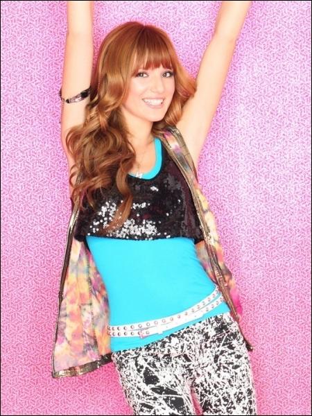 Sa vraie couleur de cheveux est la même que dans  Shake It Up .