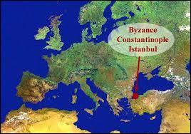 """L'armée d'Attila franchit le Danube et envahit les Balkans. De nombreuses villes sont pillées et saccagées jusqu'aux portes de la capitale de l'Empire romain d'Orient. Quel était à cette époque le nom de cette capitale, surnommée """"La nouvelle Rome"""" ?"""