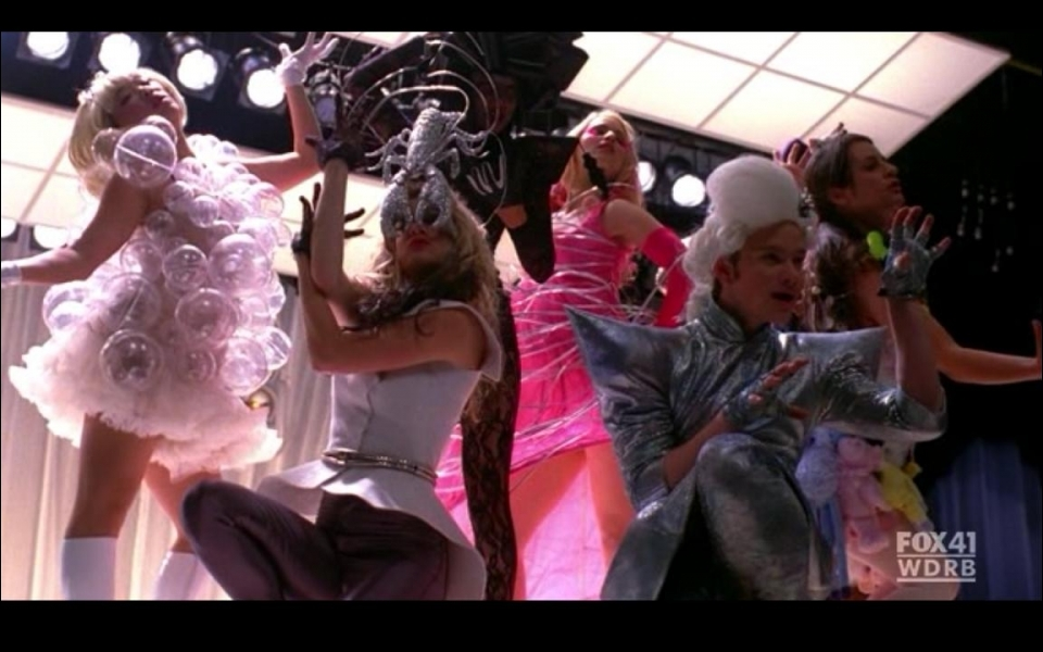 Les filles et Kurt chante la chanson  Bad romance  dans l'épisode ...