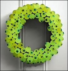 Une idée géniale, à faire en famille ! Chaque enfant confectionne sur du carton vert des yeux (un rond au centre et des zébrures rouges) et les yeux sont... ?