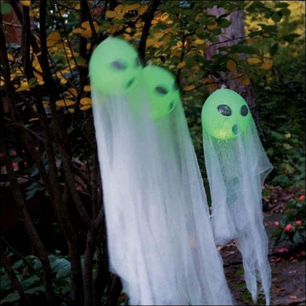 Encore des fantômes dans le jardin, mais ceux-ci, grâce à la couleur verte des ballons et aux formes dessinées dessus sont. . ?