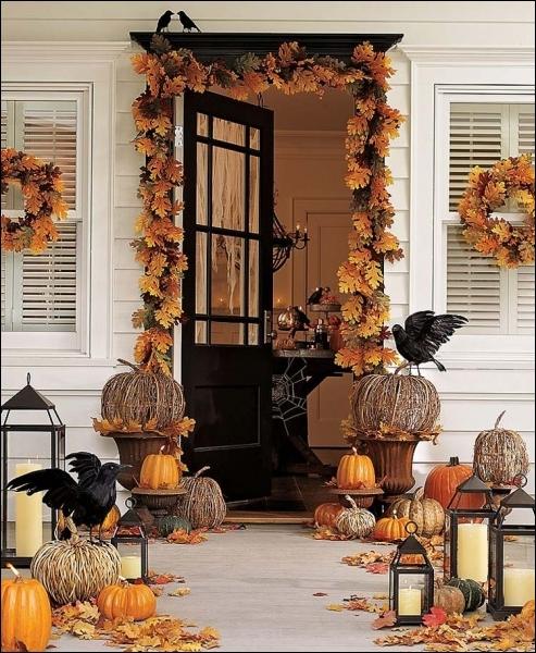 Un très joli portail, décoré avec poésie et légèreté, particulièrement grâce aux citrouilles en branchettes, et aussi... ?