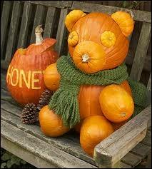 Ne sont-ce pas les plus mignonnes citrouilles de Halloween que celles-ci ? Qui est assis sur ce banc ?