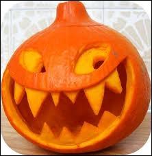 Cette magnifique citrouille d'Halloween a un sourire hésitant entre le drôle et l'effrayant. Elle a été réalisée à partir... ?