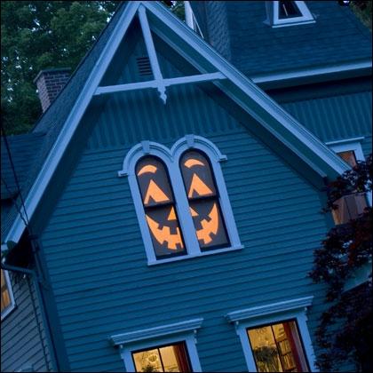 Dans la série, je décore ma maison par des formes de carton placées devant les fenêtres, voici de quoi s'inspirer. Ici, la belle idée est d'y mettre... ?