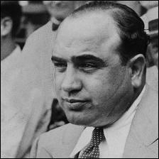 Aux États-Unis, les gangs italo-américains se heurtent à des gangs d'immigrés d'autres pays. À Chicago, dans les années vingt,  Scarface  élimine l'Irlandais Bugs Moran. Qui est  Scarface  ?