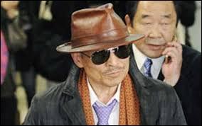 Comment appelle-t-on les mafieux japonais qui forment des organisations très structurées et hiérarchisées ?