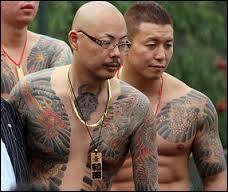 Que doit traditionnellement faire un mafieux japonais en signe de repentir lorsqu'il n'a pas respecté un engagement avec un membre de son clan ?
