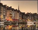 Quelle ville normande célèbre pour son vieux port pittoresque a été maintes fois représentée par les peintres Monet et Boudin ?