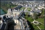 Quelle commune d'Ile-de-France abrite une magnifique forêt ainsi qu'un château royal, où Louis XIV révoqua l'édit de Nantes , en 1685 ?