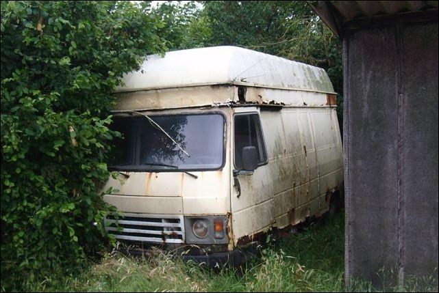 La photo représente un utilitaire Peugeot...