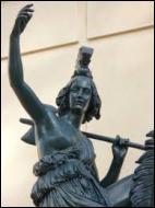Quelle pièce vestimentaire de la femme guerrière, Héraclès devait-il rapporter ?