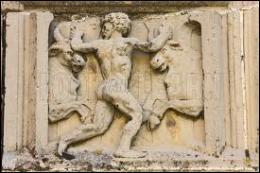 Lors de son dixième travail, comment s'appelait la créature mythologique qu'Héraclès a dû vaincre pour lui voler son troupeau de bœufs ?