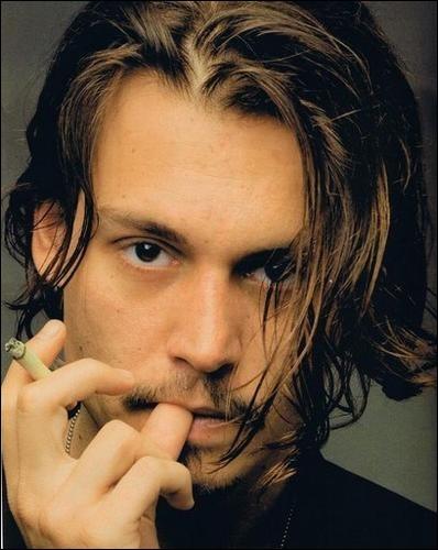 Voici, ici présent Johnny Depp, jouant souvent des rôles loufoques. Il a joué dans...