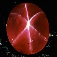Pierre de la famille des corindons, mes principaux gisements sont situés en Birmanie. Taillé en cabochon, le phénomène d'astérisme fait apparaître une étoile à six branches, qui suis-je ?