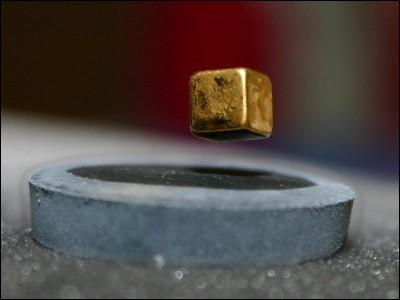 Comment s'appelle l'effet de lévitation d'un aimant sur un métal supraconducteur ?